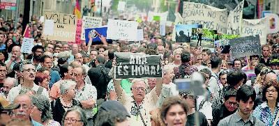 Manifestació dels indignats pels carrers de Barcelona, el 19 de juny. edu bayer